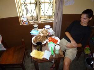 Das erste Frühstück in Rukararwe. Das von mir importierte Brot hat ein paar Transportschäden.