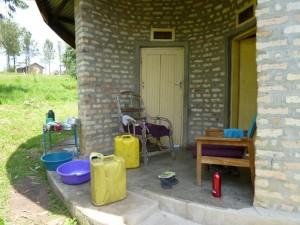 Der Eingang zur Hütte. Anna wohnt hinter der linken Tür und ich hinter der rechten.