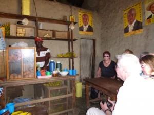 """Tee trinken mit den """"Vistas"""". Die Wahlplakate sind schon Jahre alt und hängen nur noch da, damit die Wand nicht so kahl aussieht."""