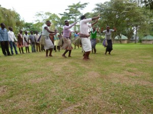 Ein Auftritt des Jugendchors von Rukararwe. Hier: Ein traditioneller Tanz und es geht wohl um Kühe und andere Tiere.