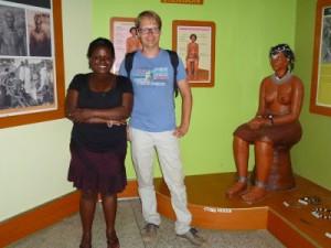 Mit Harriet im Ankole-Museum. Sie war ganz fasziniert von und überrascht über die hier früher übliche Damenoberbekleidung, die hier dargestellt ist, weswegen wir auch hier posiert haben :-)